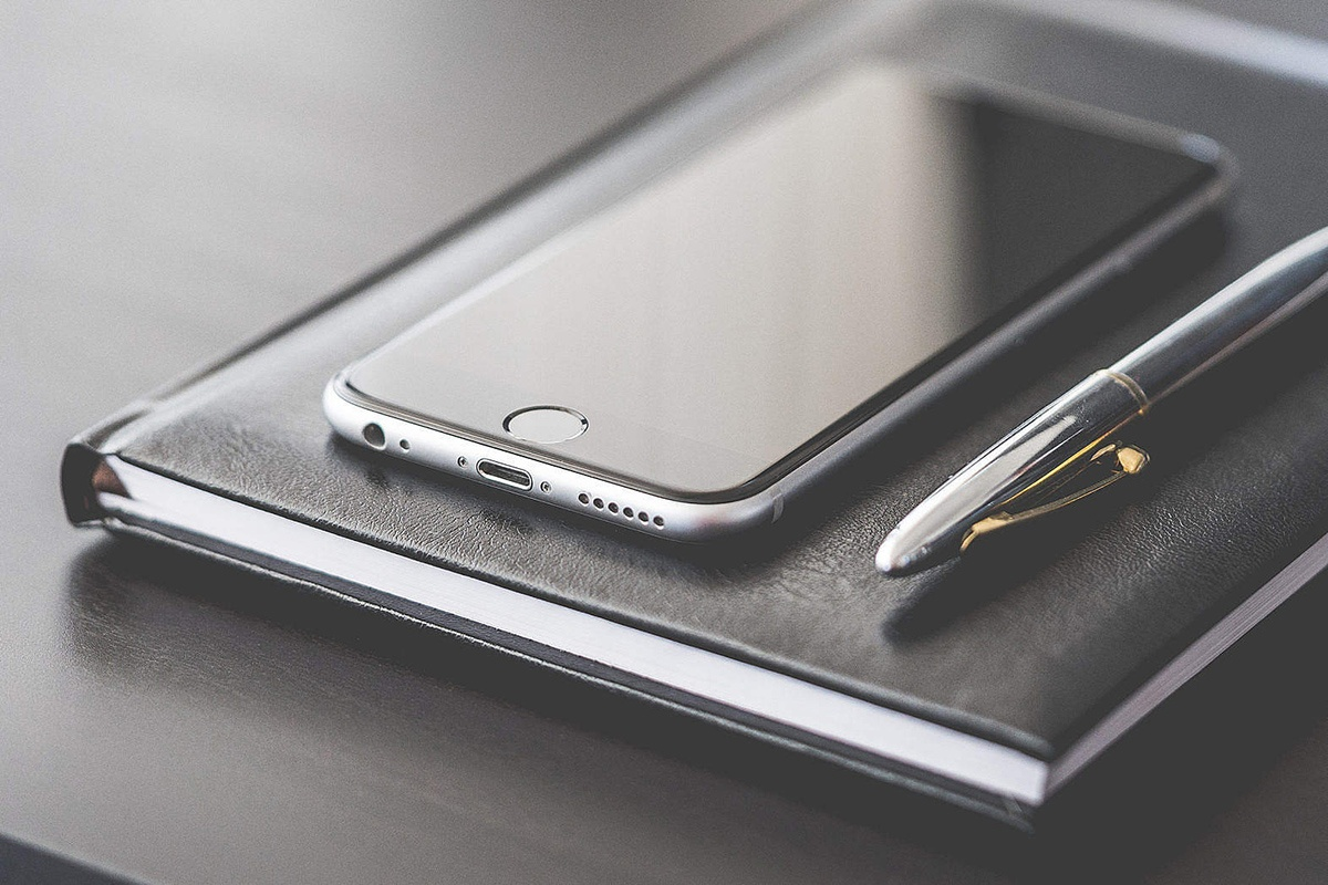 business-gear-smartphone-silver-pen-and-diary_free_stock_photos_picjumbo_DSC03437-1570x1047